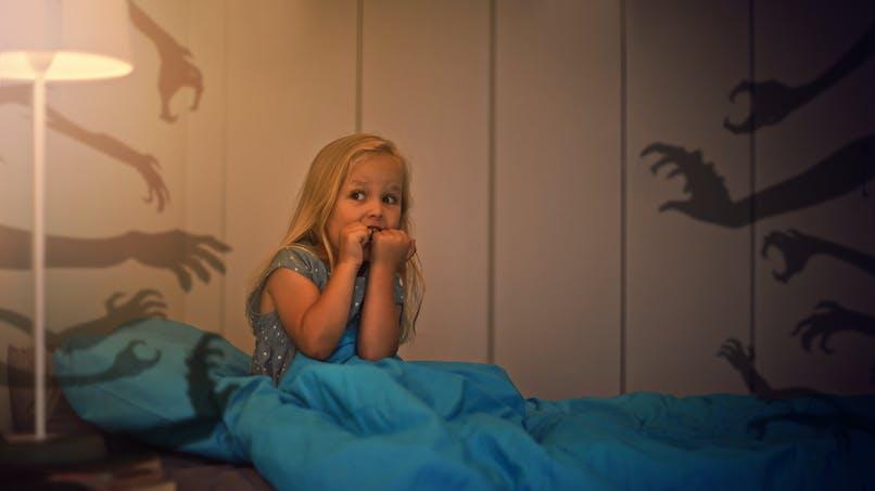 Monstre sous le lit : les conseils d'une psy pour aider son enfant face à ses angoisses