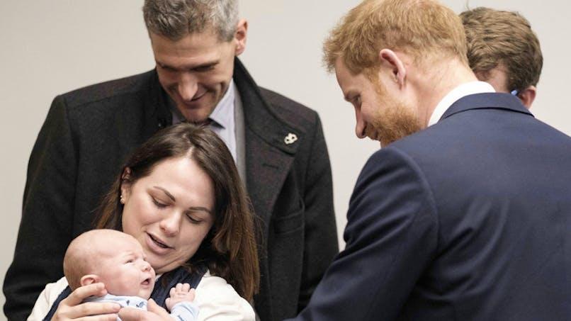 Le prince Harry a une touchante réaction devant un bébé de 5 mois