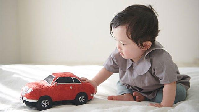 bébé qui joue avec Honda Sound Sitter