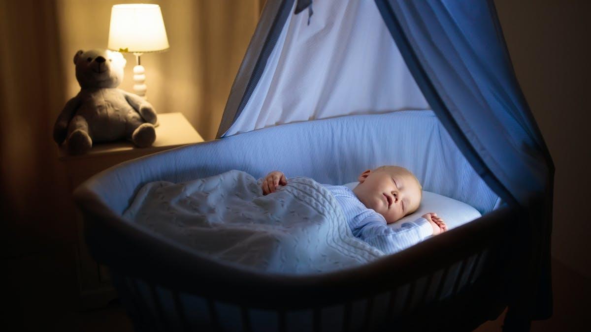 bébé dans son berceau