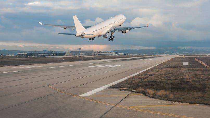 Une mère oublie son bébé à l'aéroport : l'avion fait demi-tour pour le récupérer