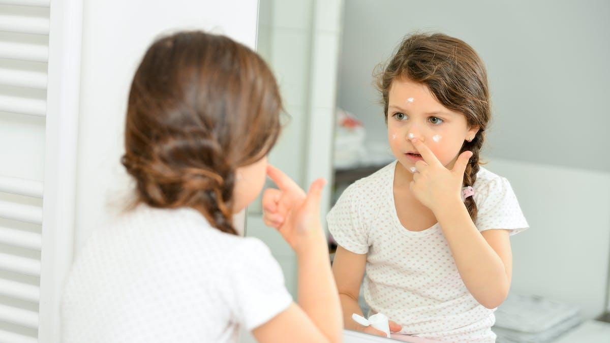 petite fille dans le miroir