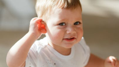 petit garçon qui tend l'oreille