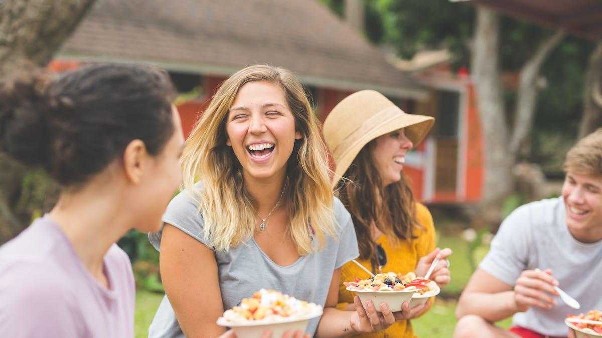 groupe de femmes mangeant une salade