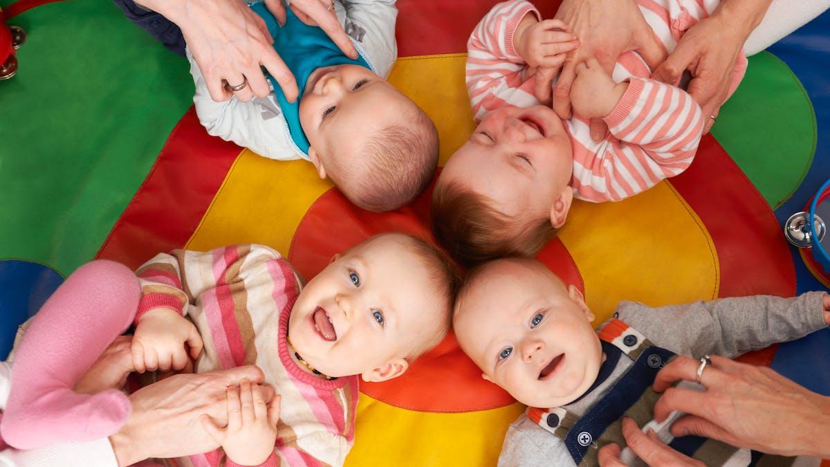 Bébés heureux à la crèche