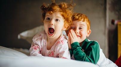 deux enfants coquins