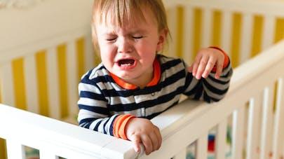 enfant qui pleure dans son lit