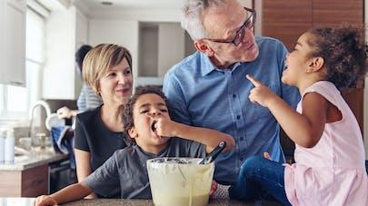 Petits-enfants : deux tiers des grands-parents leurs apportent un soutien financier