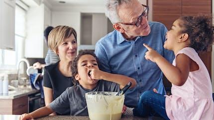 Petits-enfants : deux tiers des grands-parents leur apportent un soutien financier