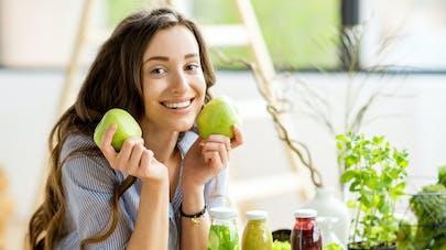 femme qui mange des légumes et fruits