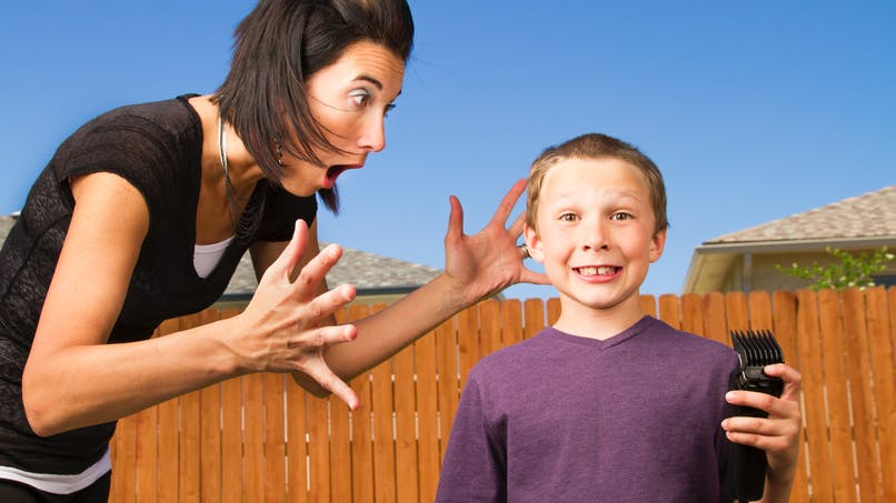 Ses enfants découvrent la tondeuse électrique en son absence, elle filme le résultat (vidéo)