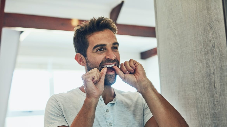 Une bonne hygiène buccale peut aider les hommes à éviter la dysfonction érectile