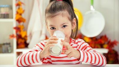 enfant et verre de lait