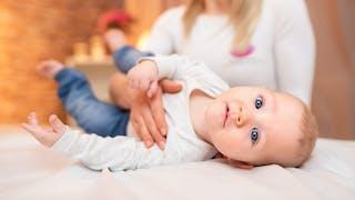 Bébé a un torticolis : et si on essayait l'ostéopathie ?