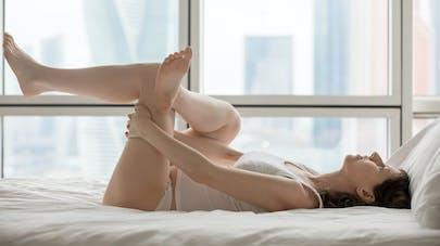 jeune maman qui fait quelques exercices sur son lit