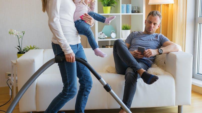 Tâches ménagères : les femmes en couple en font plus que les mères célibataires
