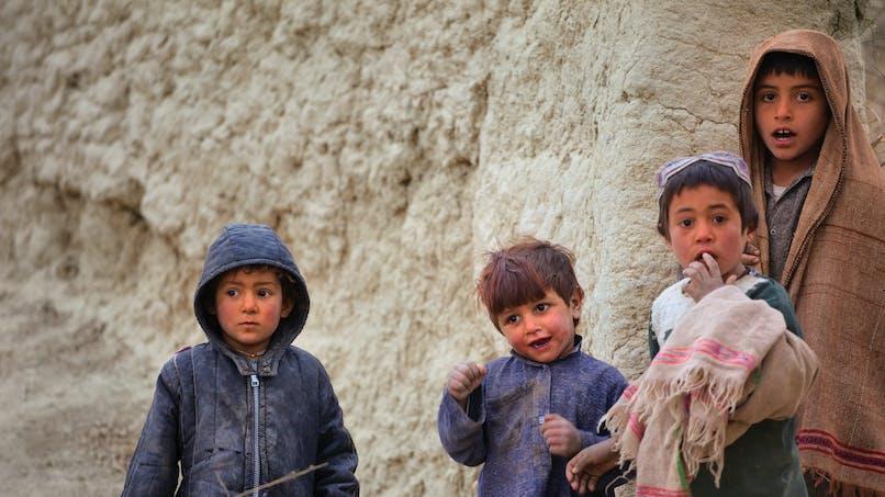 Afghanistan : un petit garçon amputé danse avec sa nouvelle prothèse et émeut la toile