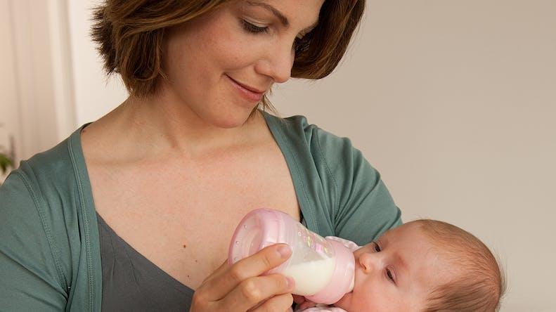 Comment réussir le premier biberon de bébé ?