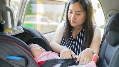 Siège-auto : pourquoi il ne faut pas laisser bébé dormir dedans