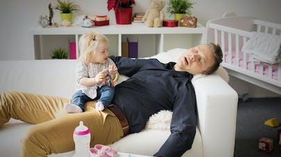 père dormant et bébé