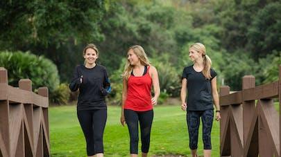3 femmes qui marchent