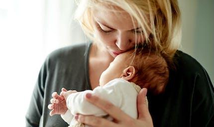 Accouchement: le bien-être des mères amélioré si les pères restent à la maison quand ils le souhaitent