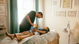 Douleurs de croissance : et si on essayait l'acupuncture ?