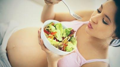 femme enceinte mangeant