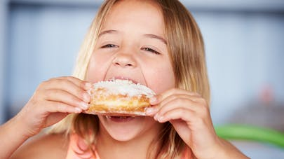 fillette mangeant un gâteau