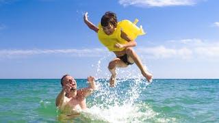 """La chronique de Julien Blanc-Gras : """"Comment le papa apprend à l'enfant à nager"""""""