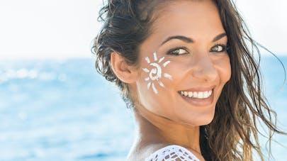 femme au soleil devant la mer