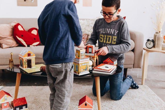 enfants qui jouent avec les éléments Fabulabox