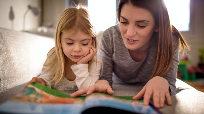 La lecture à la maison pendant la petite enfance favorise les résultats scolaires au collège