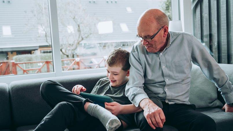 Trop d'écrans chez les enfants : les grands-parents seraient aussi complices