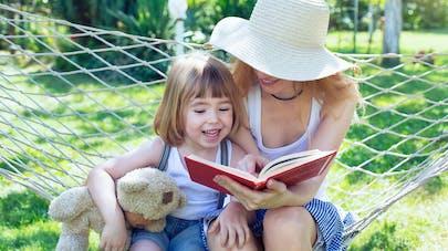 maman et fillette lisant dans un hamac