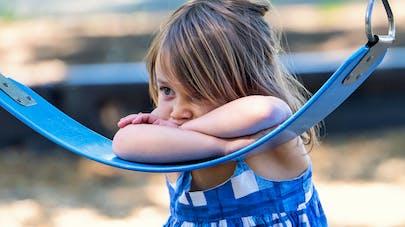 petite fille appuyée sur un hamac