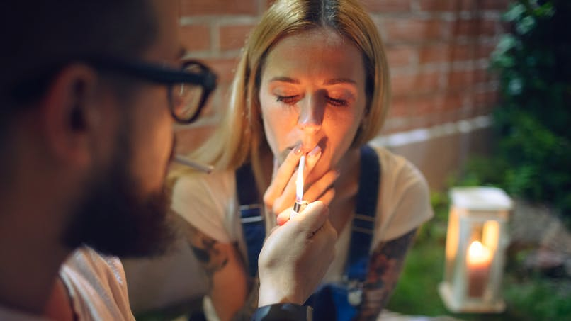 Cannabis : les parents fumeurs sanctionnent davantage leurs enfants