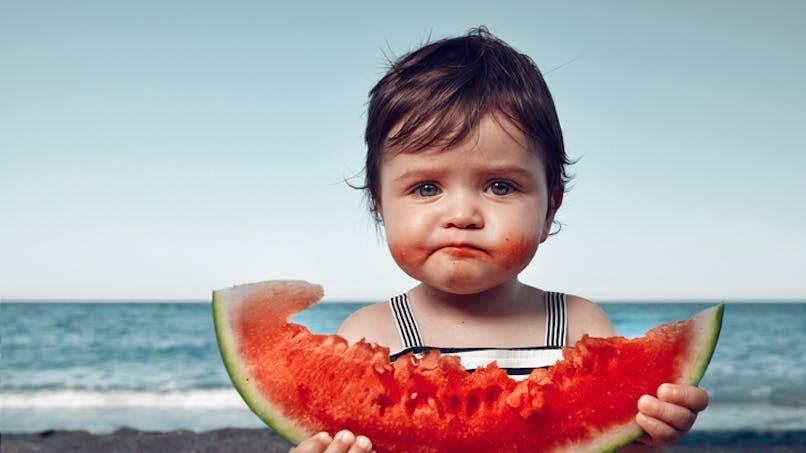 fille qui mange une pastèque