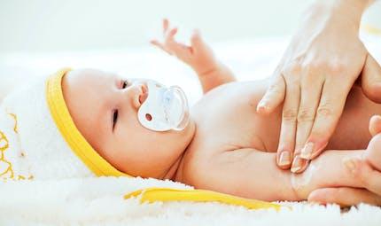 Bébés garçons : faut-il les décalotter ?