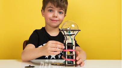 enfant qui construit une lampe torche Koa Koa