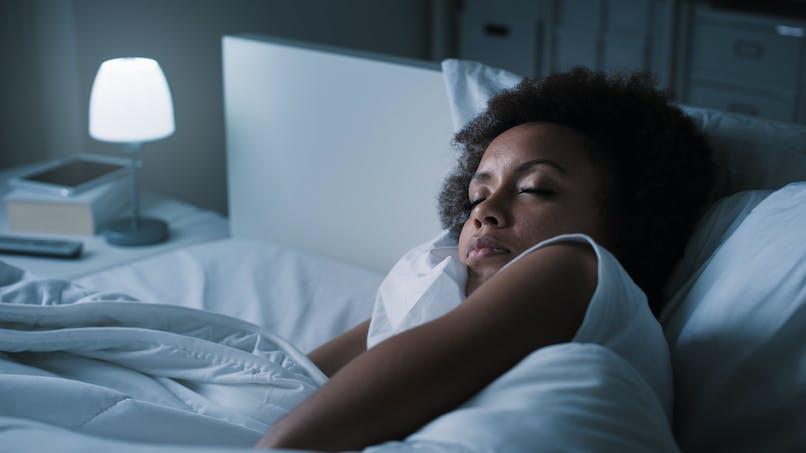 Minceur : la lumière artificielle nocturne favorise la prise de poids chez la femme
