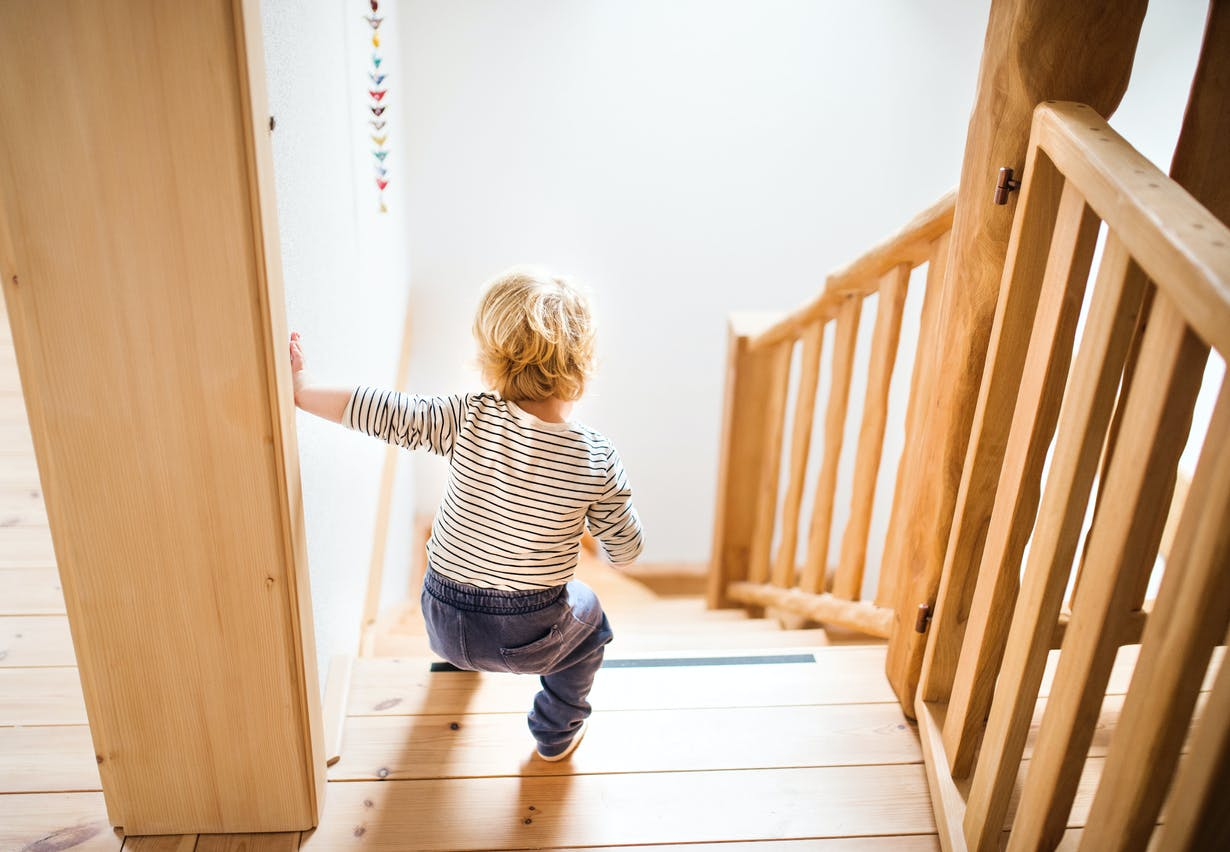 Initier Bébé Au Pot escalier bébé : quand monter et descendre les marches
