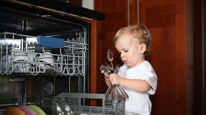 enfant vidant le lave-vaisselle