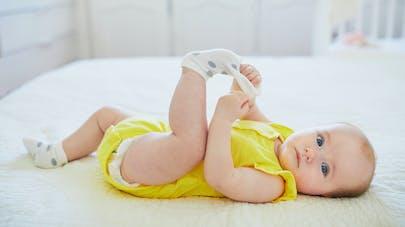 bébé et chaussettes
