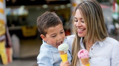 femme et enfant mangeant une glace