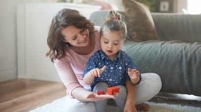 mère montrant un jouet à son enfant