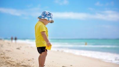 Enfant debout à la plage