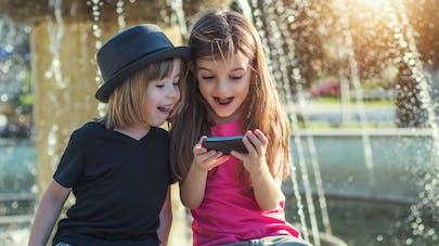 A quel âge faut-il acheter un portable à son enfant ? Les scientifiques répondent
