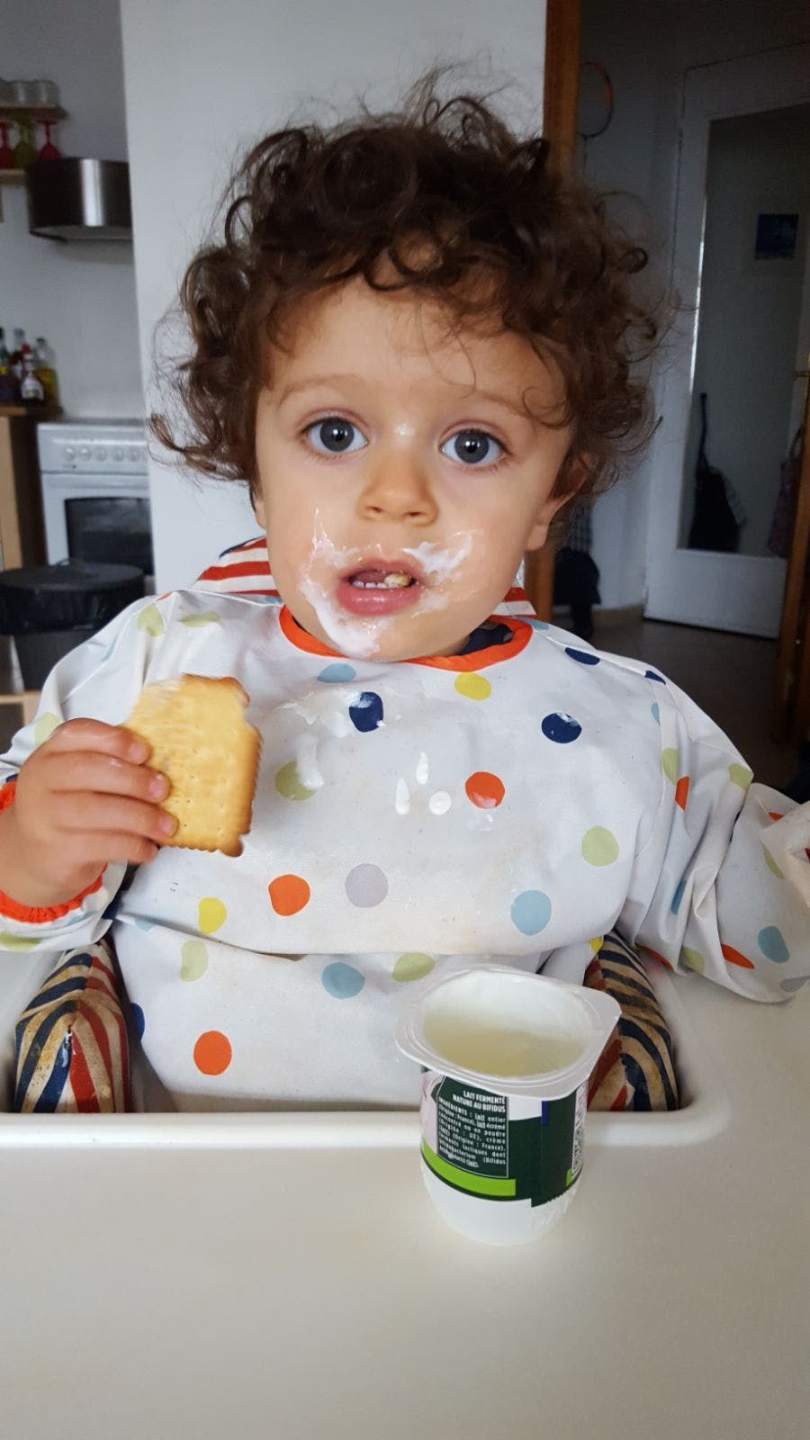 petit garçon qui déjeune