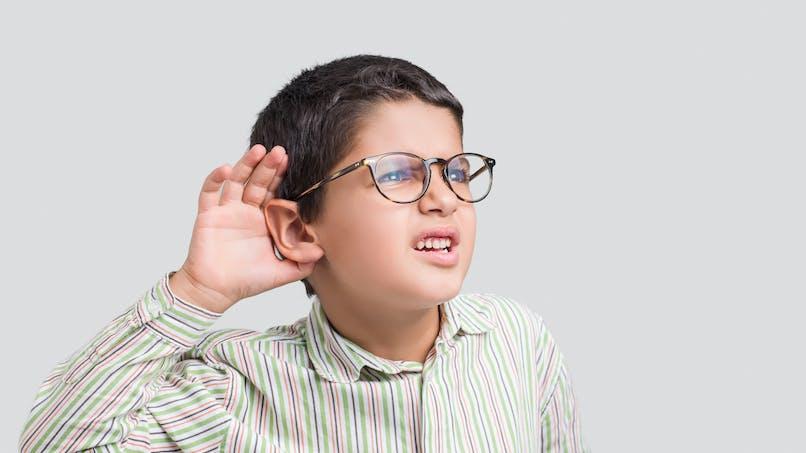Surdité : elle décore les appareils auditifs des enfants pour les encourager à les porter